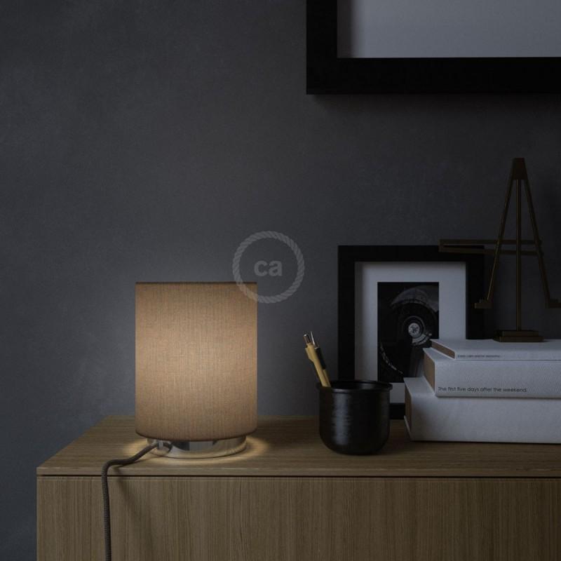 Posaluce en metal cromado con pantalla cilíndrica Camelot Marrón, cable textil, interruptor y clavija bipolar